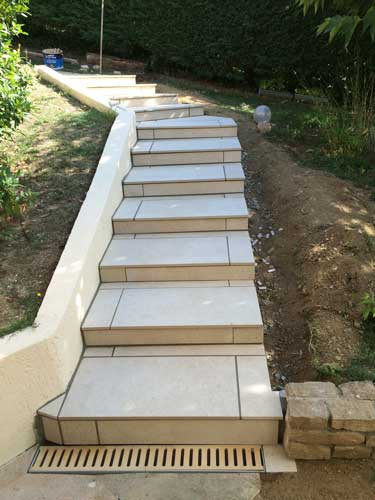 Cr ation d un escalier ext rieur sain bel rh ne for Carrelage exterieur escalier